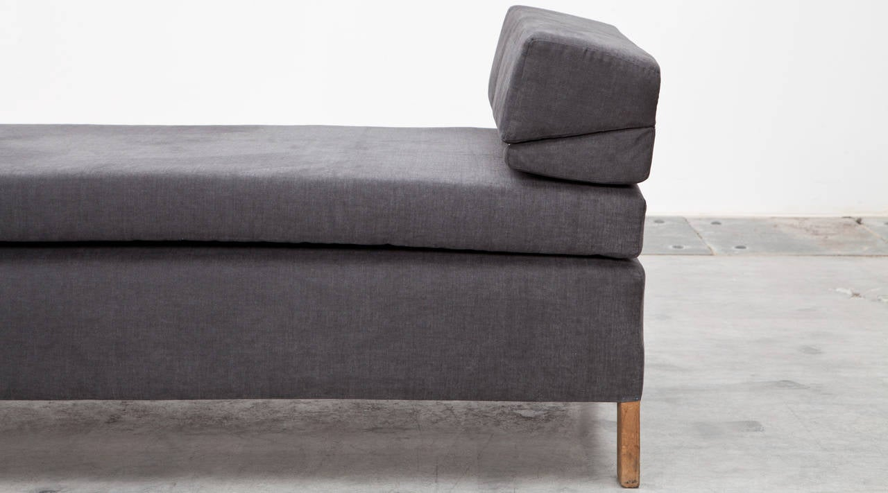 1950s Grey Fabric, Wooden Frame Daybed by Ferdinand Kramer New Upholstery In Excellent Condition For Sale In Frankfurt, Hessen, DE