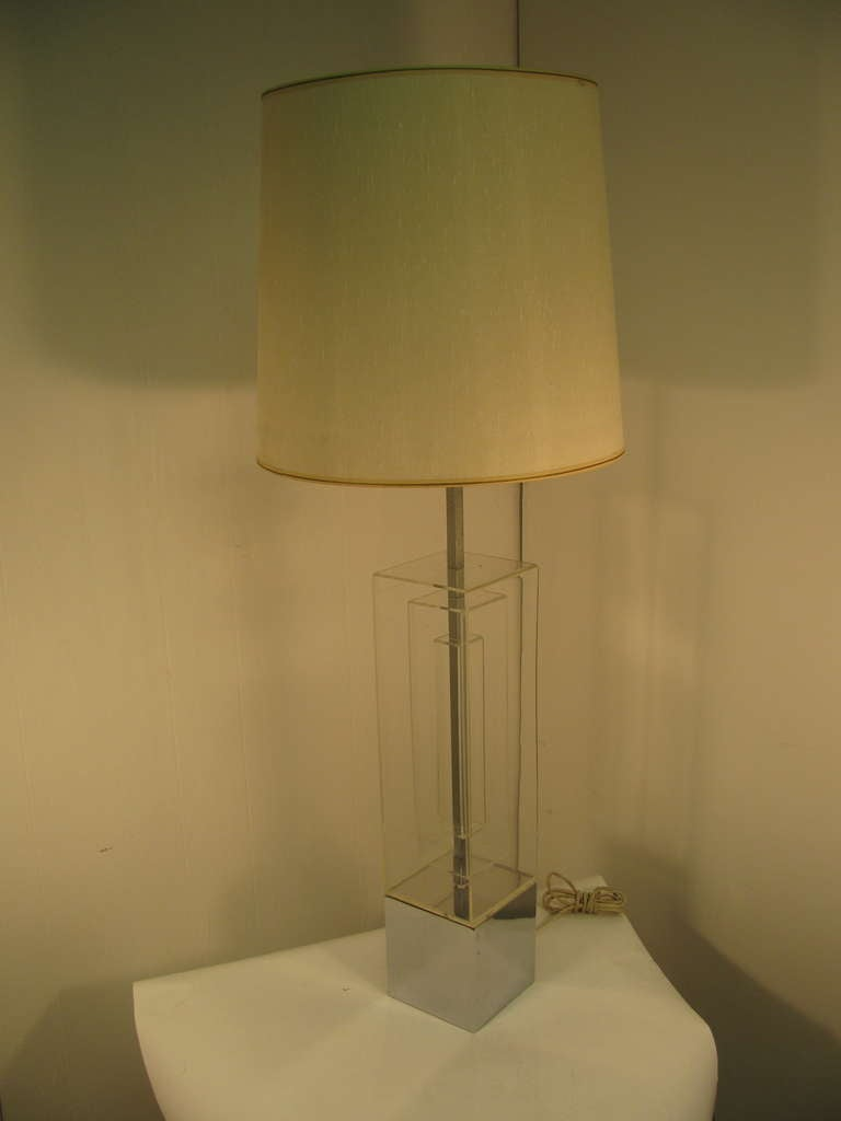 Pair Of Mid-Century Modern Dimensional Architectural Lucite Table Lamps For Sale 2