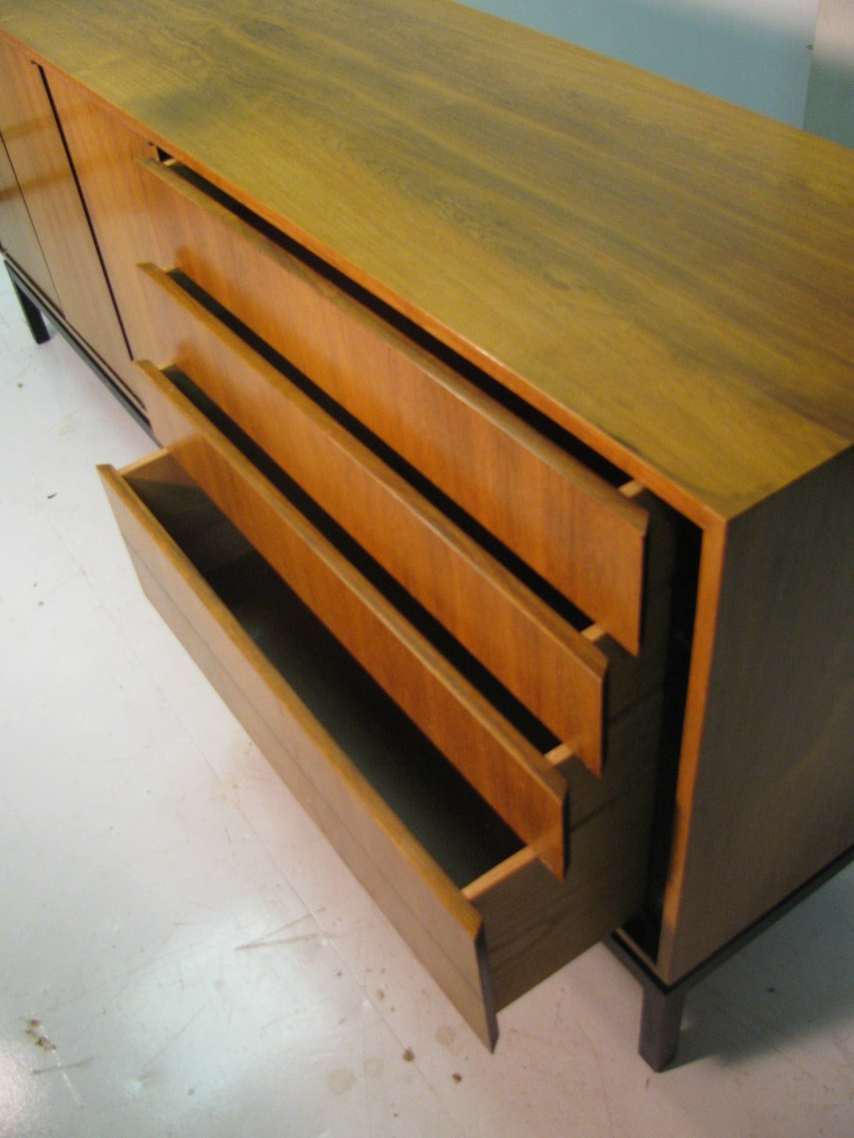 Mid-Century Modern Rosewood Long 11 Drawer Dresser For Sale 3