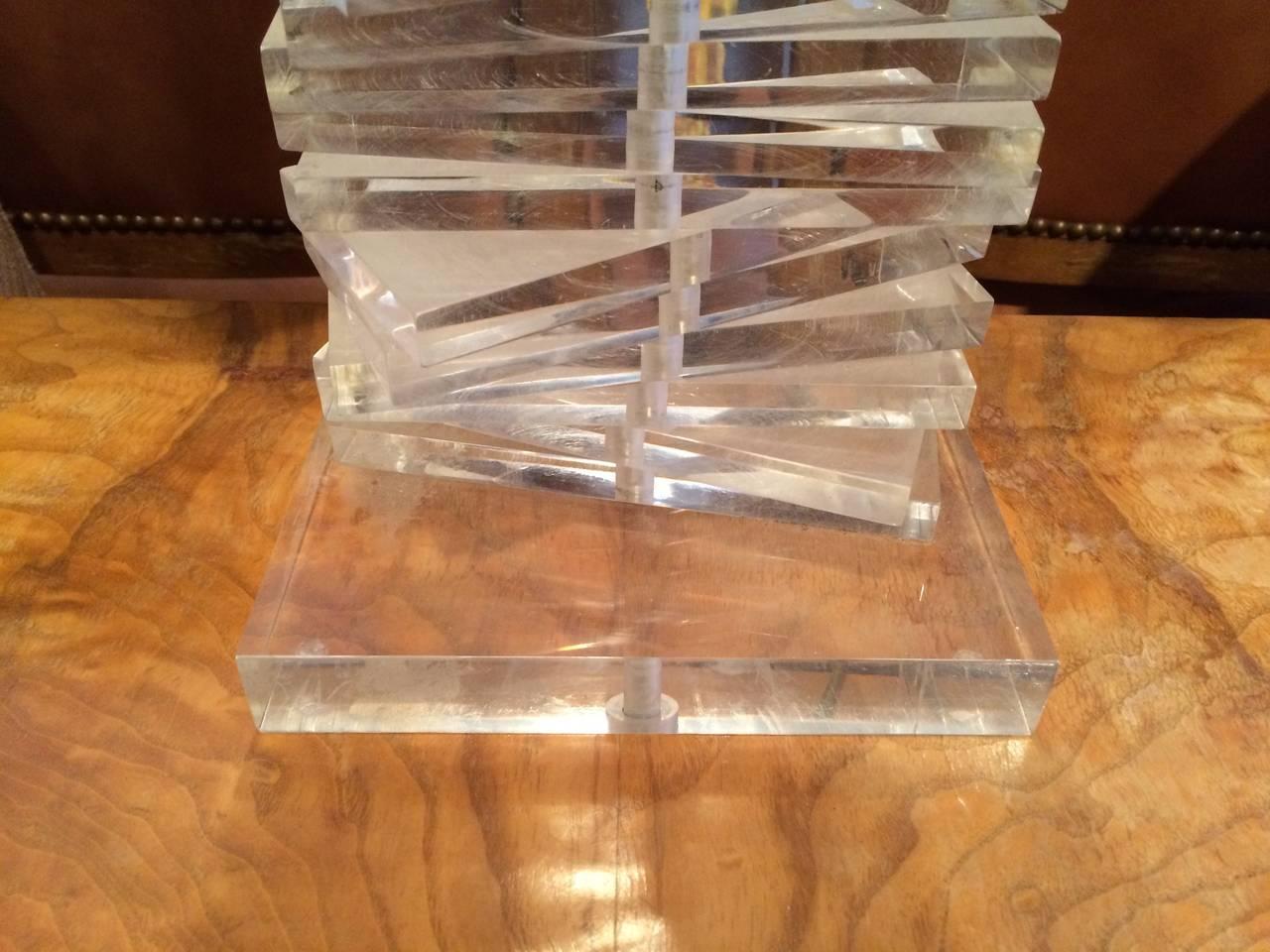 Hollywood Regency Sculptural Helix Lucite Lamp For Sale 4