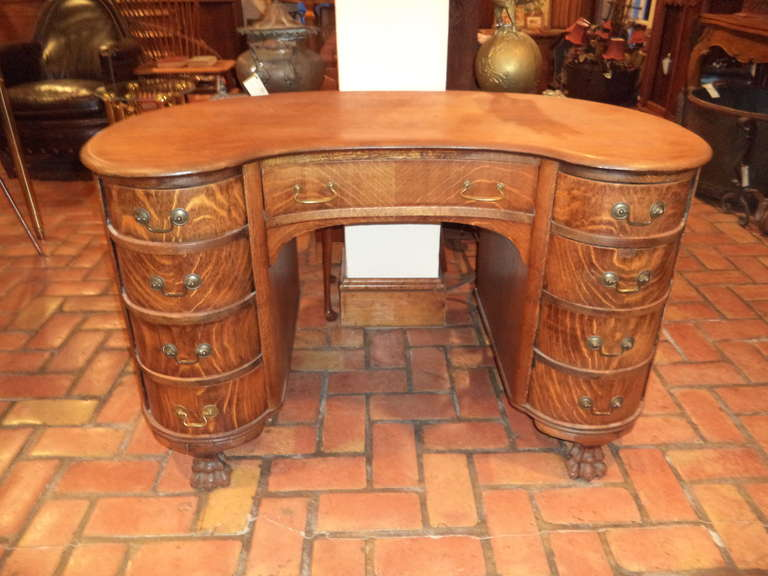 Antique Oak Kidney Shaped Desk with paw feet. With a beautiful quarter sawn  pattern this - Antique Oak Kidney Shaped Desk At 1stdibs