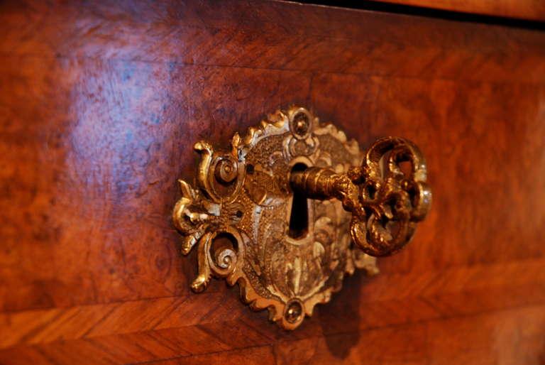 18th Century Veneered Walnut Writing desk or escritoire For Sale 1