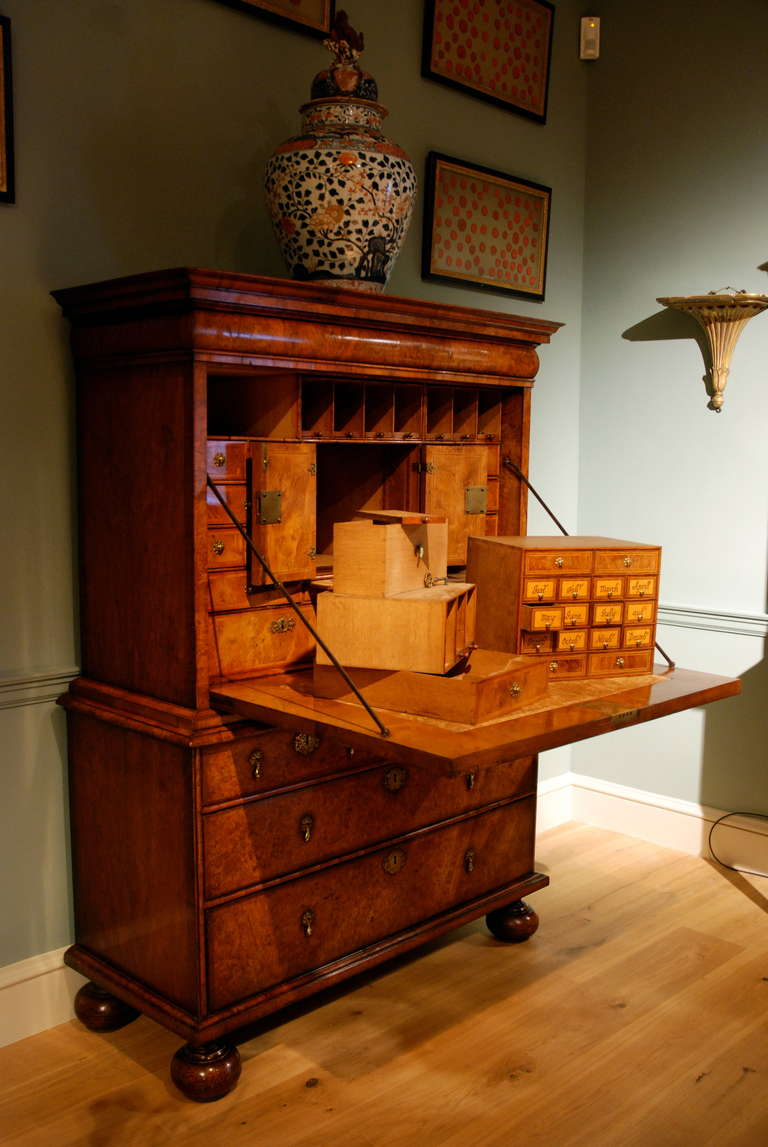 Early 18th Century Veneered Walnut Writing desk or escritoire, circa 1715 9