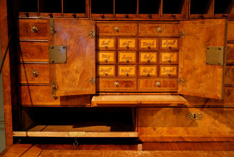 18th Century Veneered Walnut Writing desk or escritoire For Sale 4