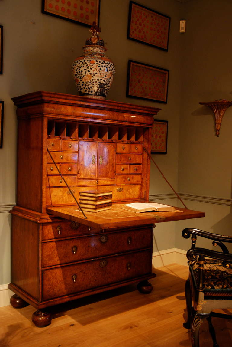 18th Century Veneered Walnut Writing desk or escritoire In Good Condition For Sale In Salisbury Wiltshire, GB