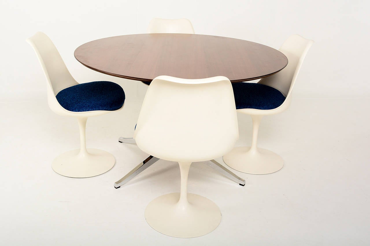 Knoll Round Conference or Dining Table In Excellent Condition For Sale In National City, CA