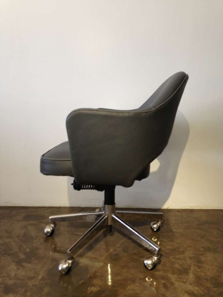 vintage leather saarinen executive arm chairs by knoll at