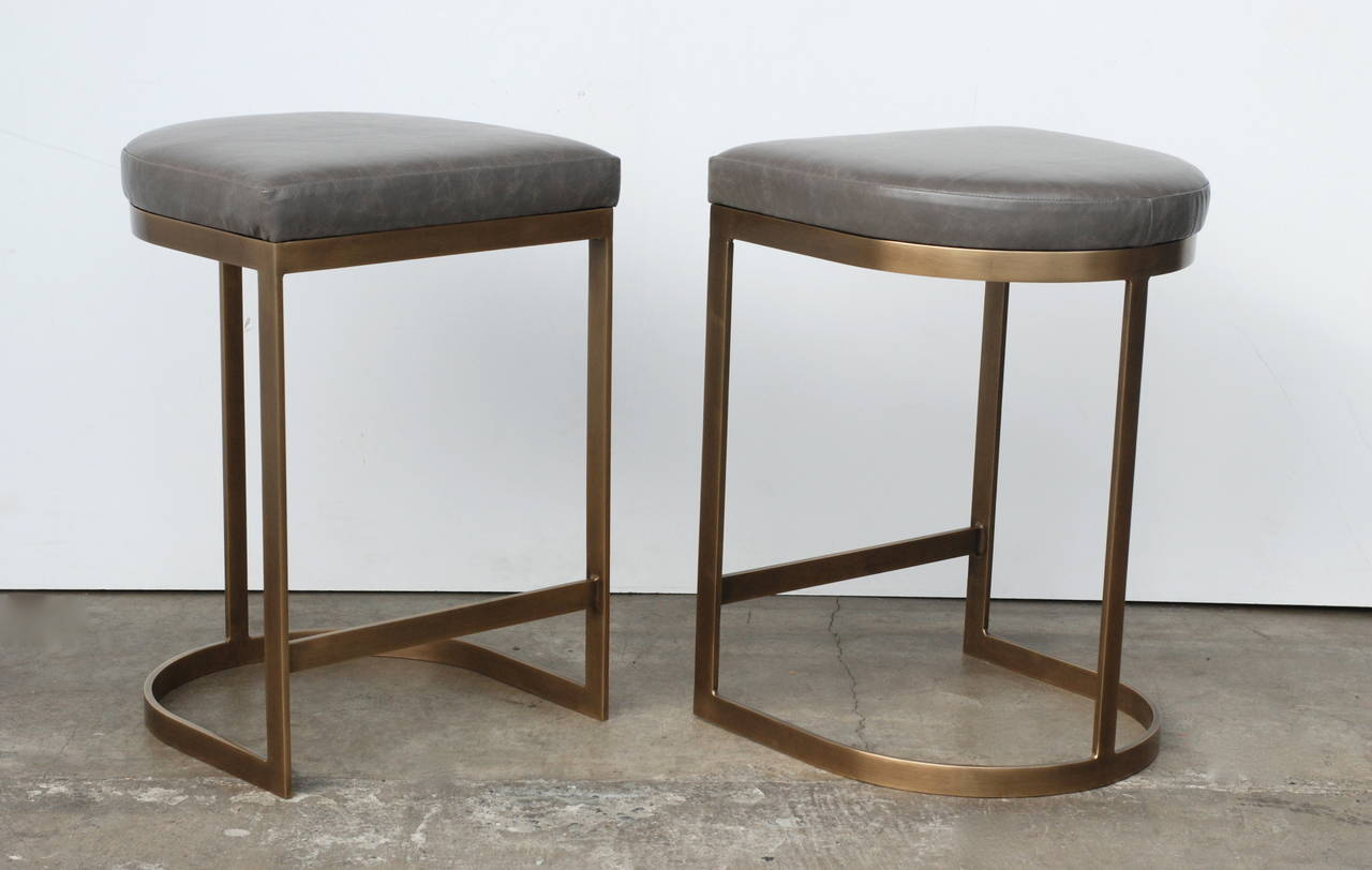 Merveilleux 20th Century Milo Baughman Burnished Brass Bar Stools In Grey Leather For  Sale