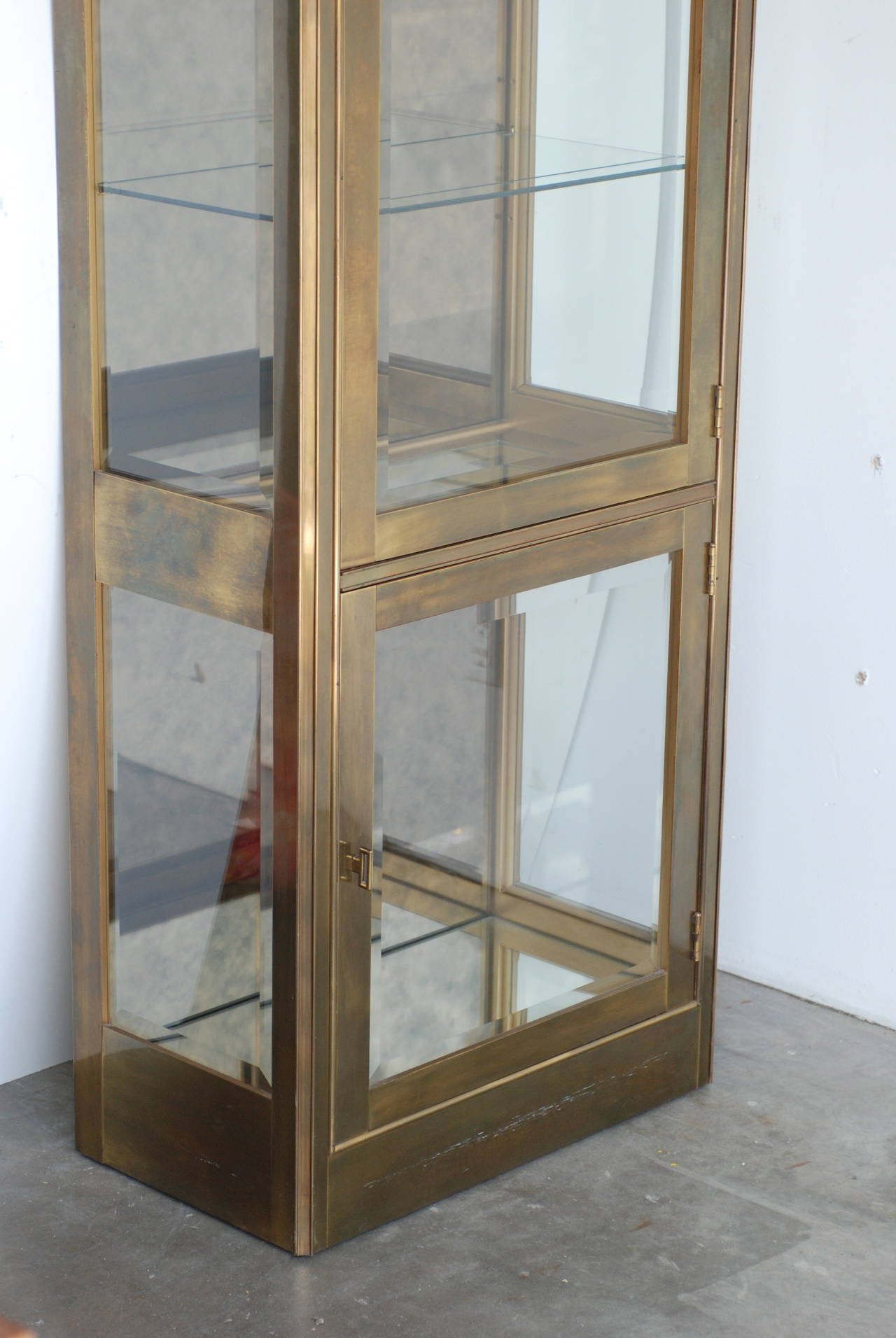 antique brass mastercraft vitrine at 1stdibs. Black Bedroom Furniture Sets. Home Design Ideas
