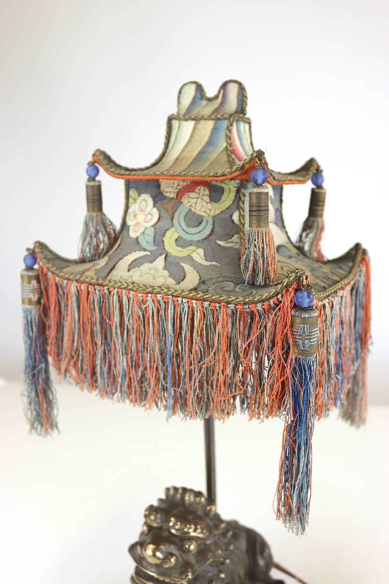 Rare Exotic 1920s Chinoiserie Lamp of Tasseled Pagoda Shade with Foo Dog Base In Good Condition For Sale In West Palm Beach, FL