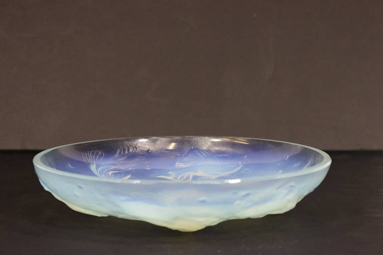 Mid-Century Modern Sabino Fish Opalescent Crystal Bowl with Fish in High Relief, circa 1960 For Sale