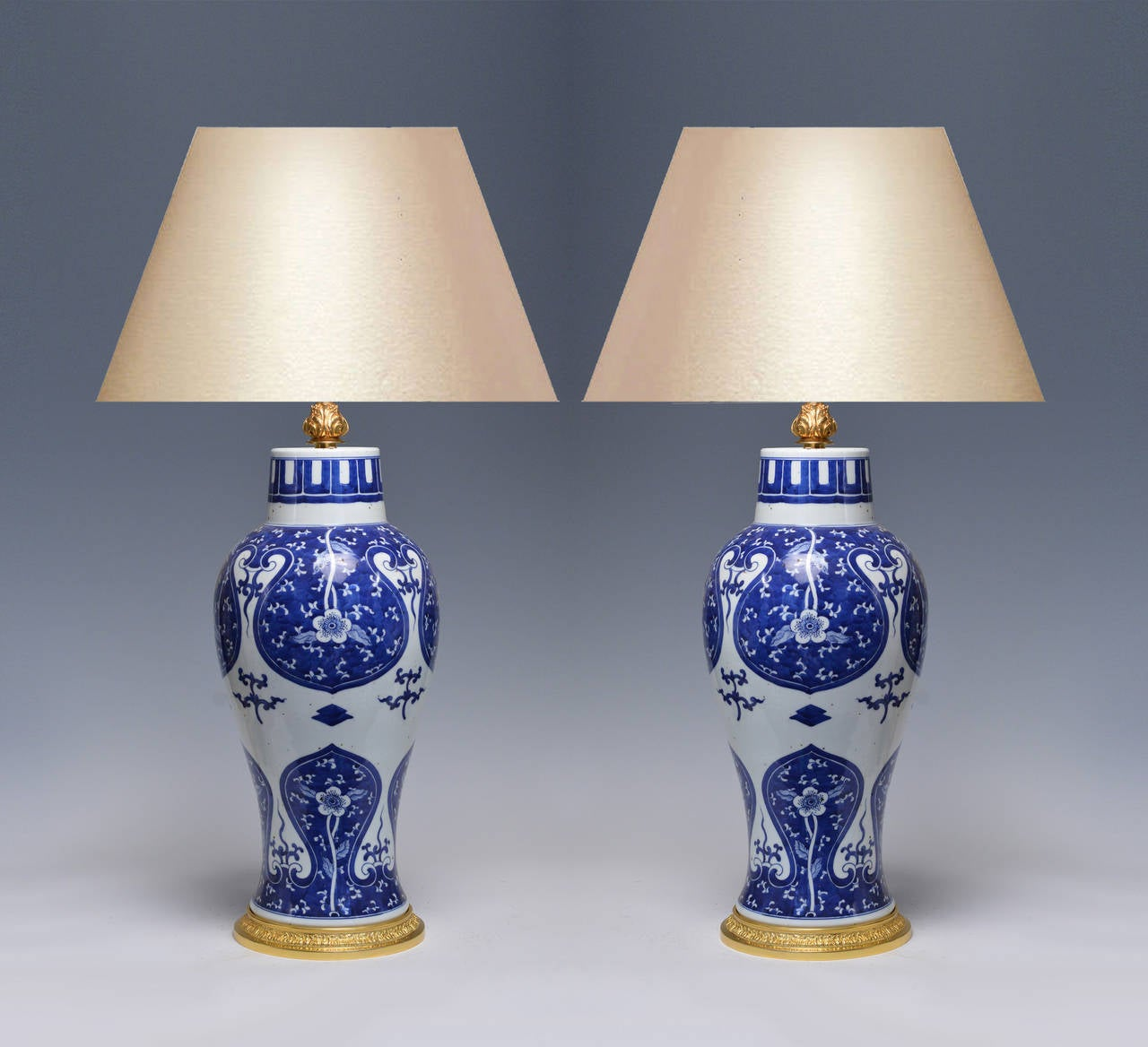 pair of blue and white porcelain lamps for sale at 1stdibs. Black Bedroom Furniture Sets. Home Design Ideas