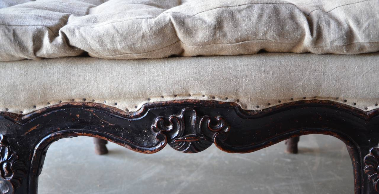 18th Century Italian Venetian Carved Walnut Divan In Good Condition For Sale In Charleston, SC