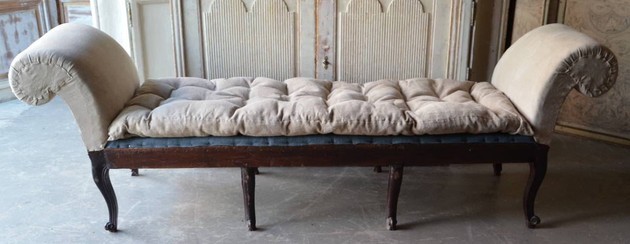 Hand-Carved 18th Century Italian Venetian Carved Walnut Divan For Sale
