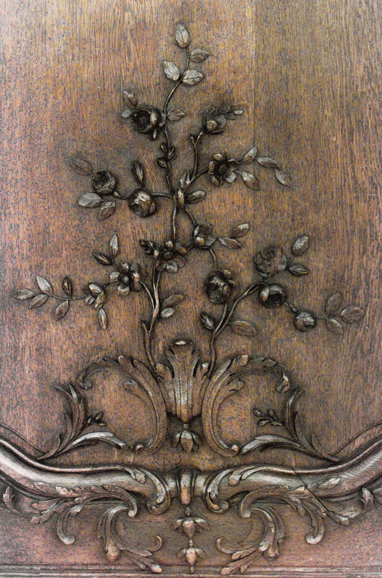 Important Set of 32 French Régence Paneled Walls with Carved Reliefs For Sale 3