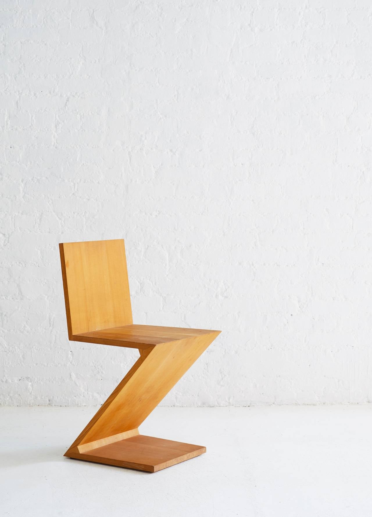 Zig-Zag chair, designed in 1934. Originally made by Meubelmakerij Adr. van Rietveld. Reissued in 1973 by Cassina, Milan. Stamped 1228 of 1973 production. Elmwood.