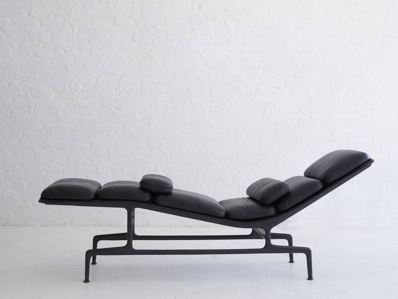 Eames chaise longue for billy wilder at 1stdibs for Chaise design eames