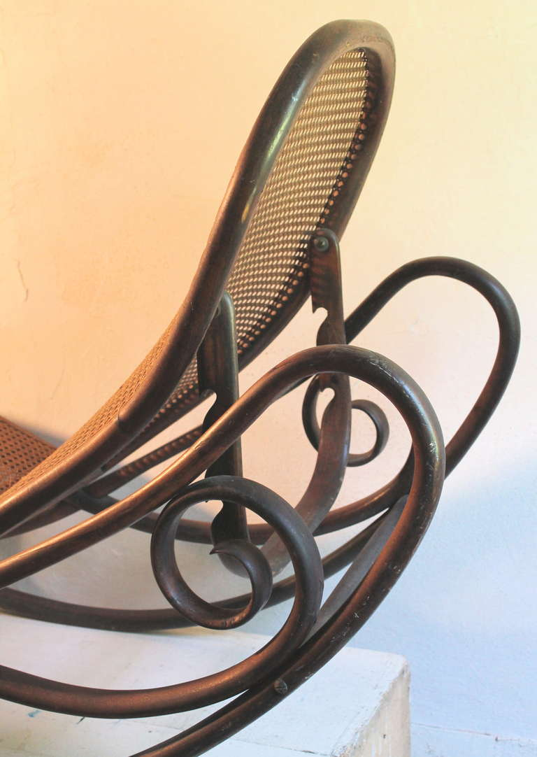 Gebruder thonet bentwood rocking chaise longue 7500 1880 for Chaise thonet