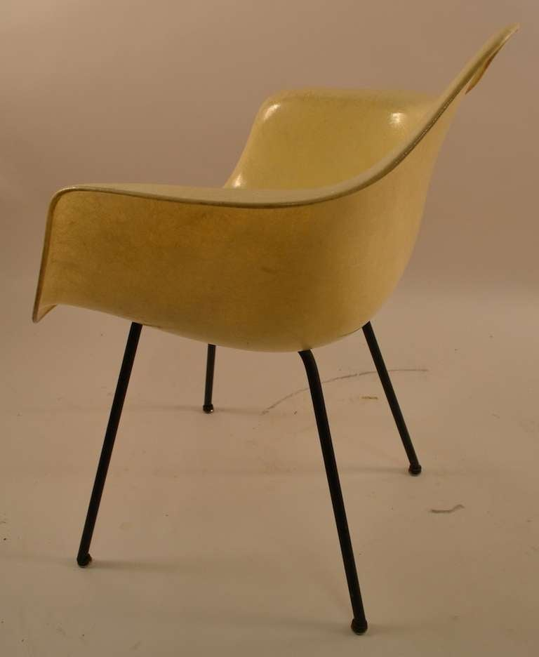 Early Eames Rope Edge Fiberglass Bucket Chair In Good Condition For Sale In New York, NY