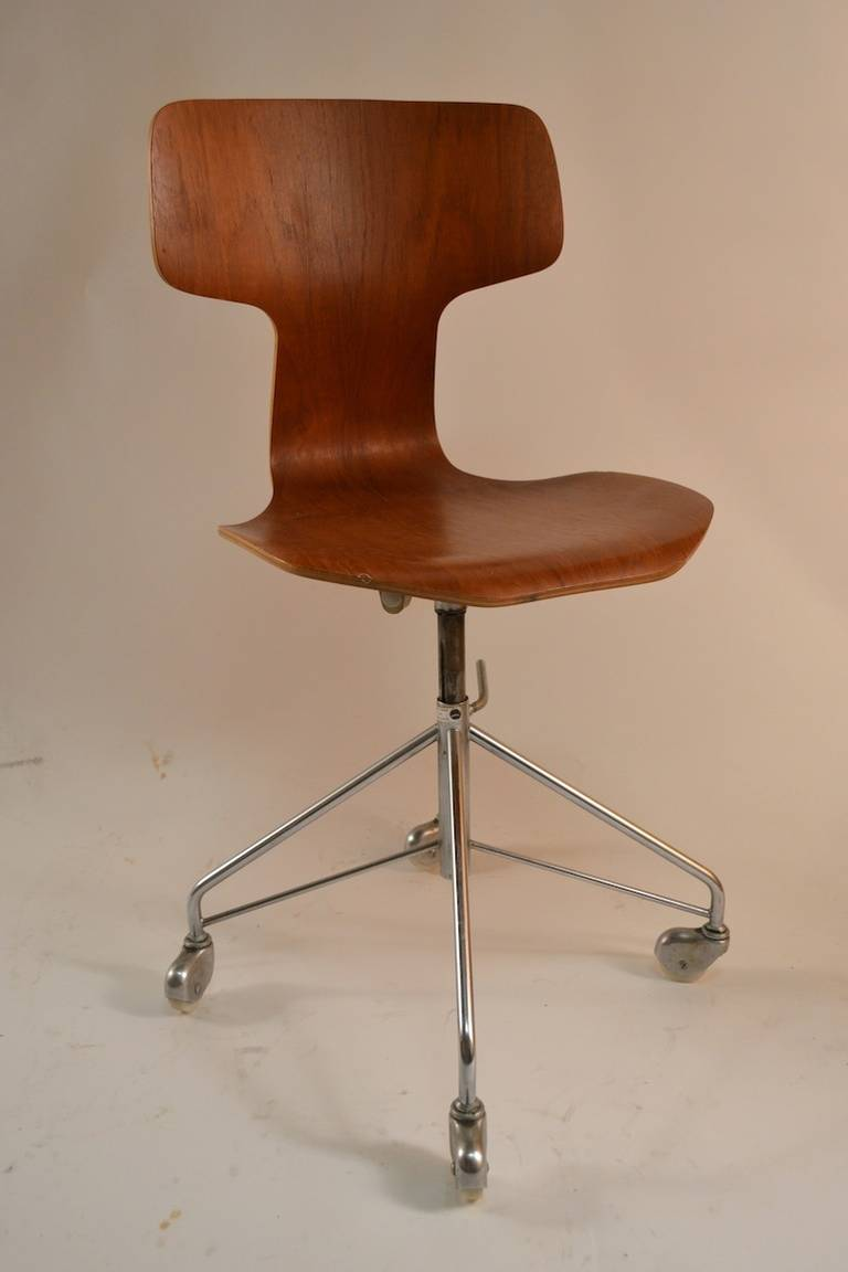 Arne jacobsen for fritz hansen swivel desk chair at 1stdibs for Arne jacobsen chaise