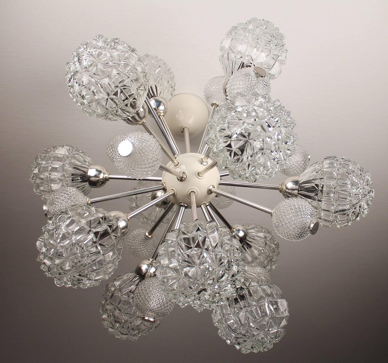 Large Sunburst Glass Chandelier,  1960s Modernist  Stilnovo Style Pendant Lamp  In Good Condition For Sale In Bremen, DE