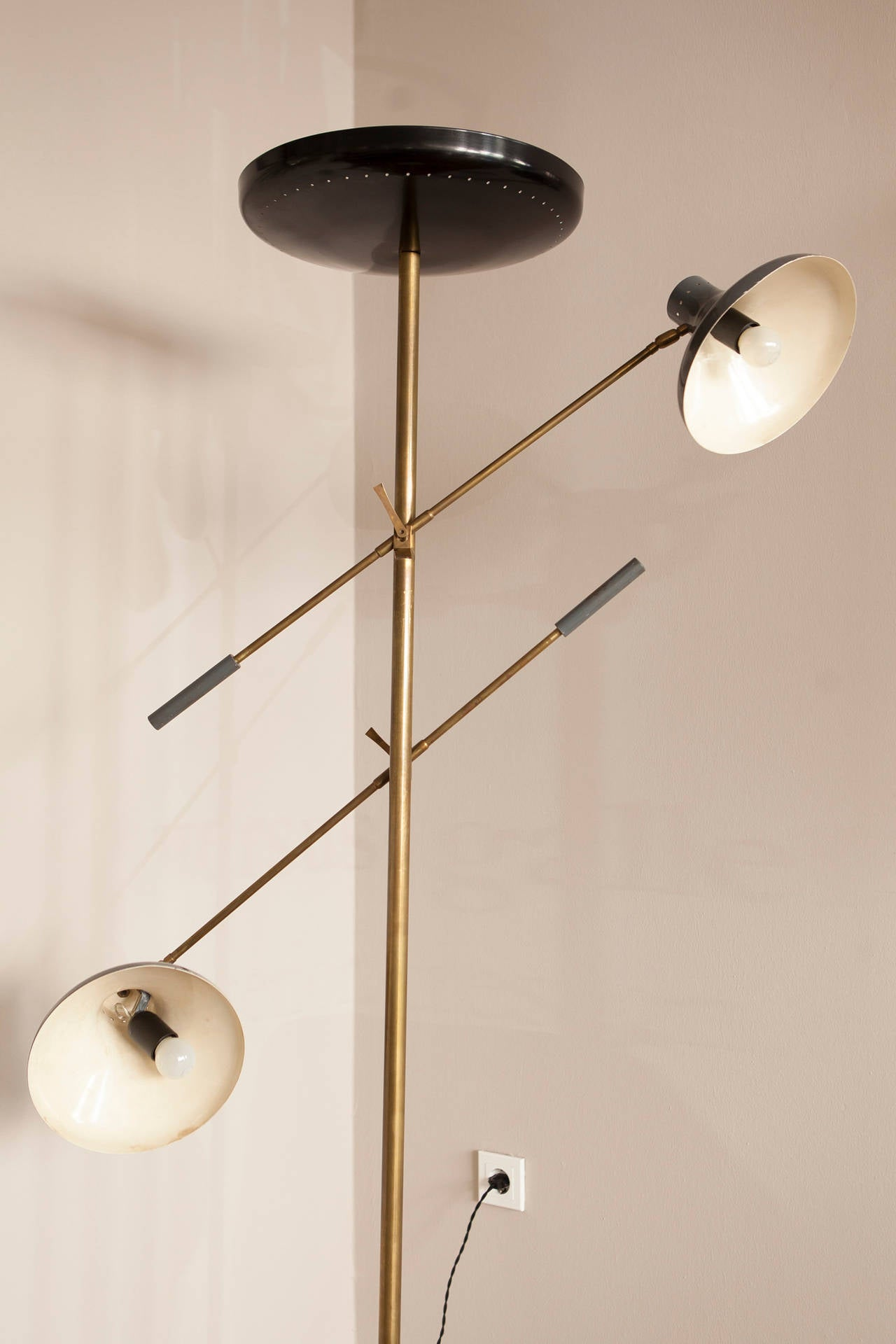 Elegant uplight floor lamp, Italy, circa 1950, height-adjustable light arms, black lacquered torchiere dish shade, grey lacquered shades, brass, marble base. Measures: Height 182 cm, width 108 cm, length each arm 94 cm, base diameter 28 cm, dish