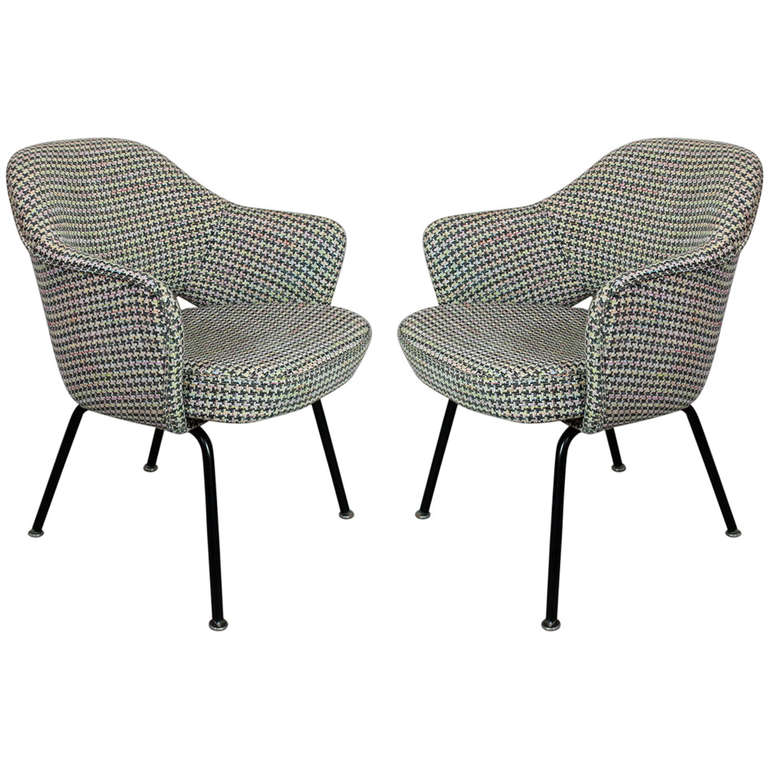 pair of saarinen executive side chairs knoll international at 1stdibs