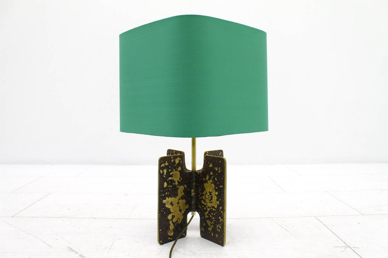 Table lamp in brass and with a green shade. Very good condition. Measurements: H 56 cm, DM 40 cm.  Worldwide shipping.