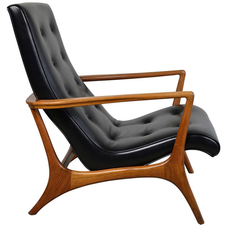 Mid century modern walnut and leather lounge chair at 1stdibs for Mid century modern leather chairs