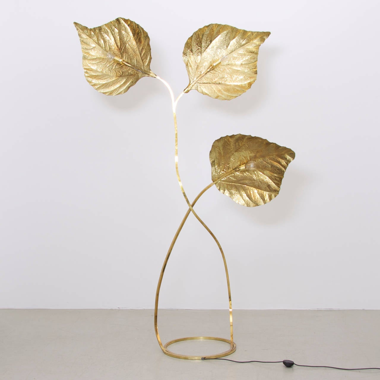 Very elegant, extra large and extraordinary huge three leaves rhubarb floor lamp by the Italian designer Tommaso Barbi. The lamp is made of brass and the reflection of the light on the brass brings a cozy atmosphere in every room. The lamp is a icon
