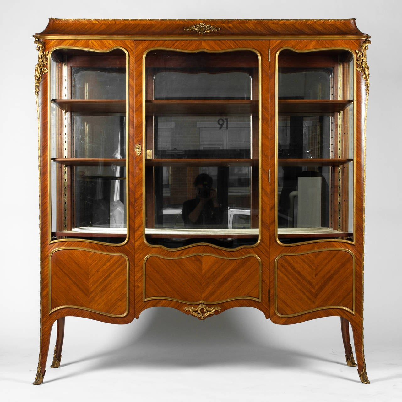 antique louis xv vitrine for sale at 1stdibs. Black Bedroom Furniture Sets. Home Design Ideas