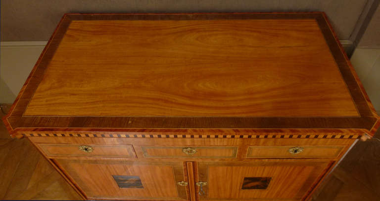 """A fine Dutch Louis XVI sideboard or """"klapbuffet"""" In Excellent Condition For Sale In Amsterdam, NL"""
