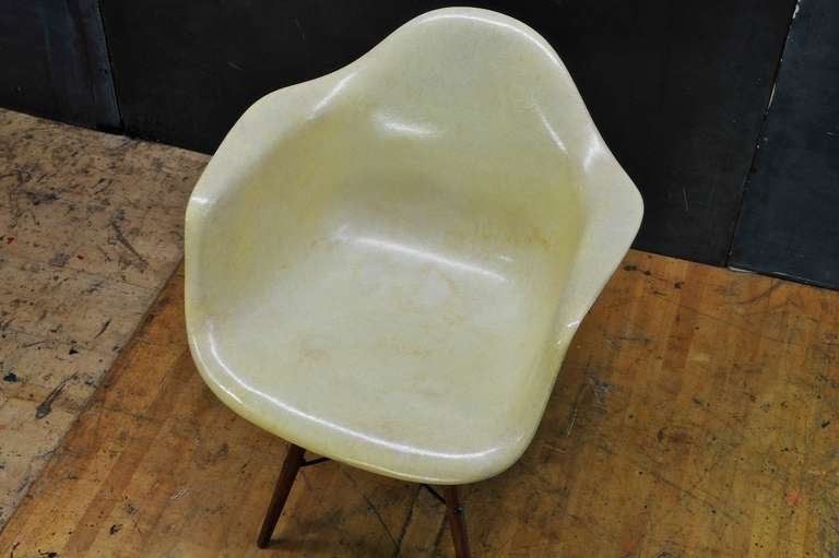 Molded 1950 Eames Paw Herman Miller Zenith Parchment Dowel Leg Chair Rope Edge For Sale