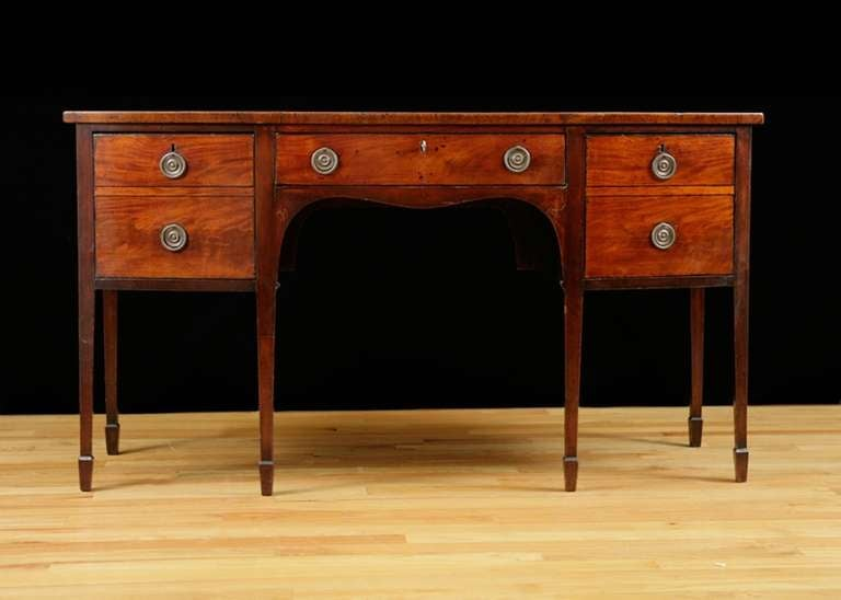 English George III Bow-Front Huntboard or Sideboard in Mahogany, circa  1775 In Good Condition For Sale In Miami, FL