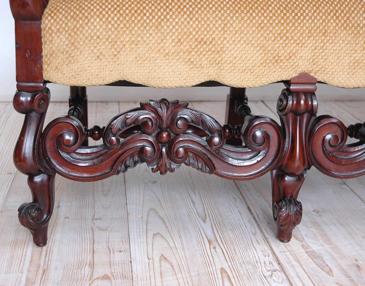 Gilded Age American Neo-Gothic Carved Settee in Mahogany, circa 1890 4