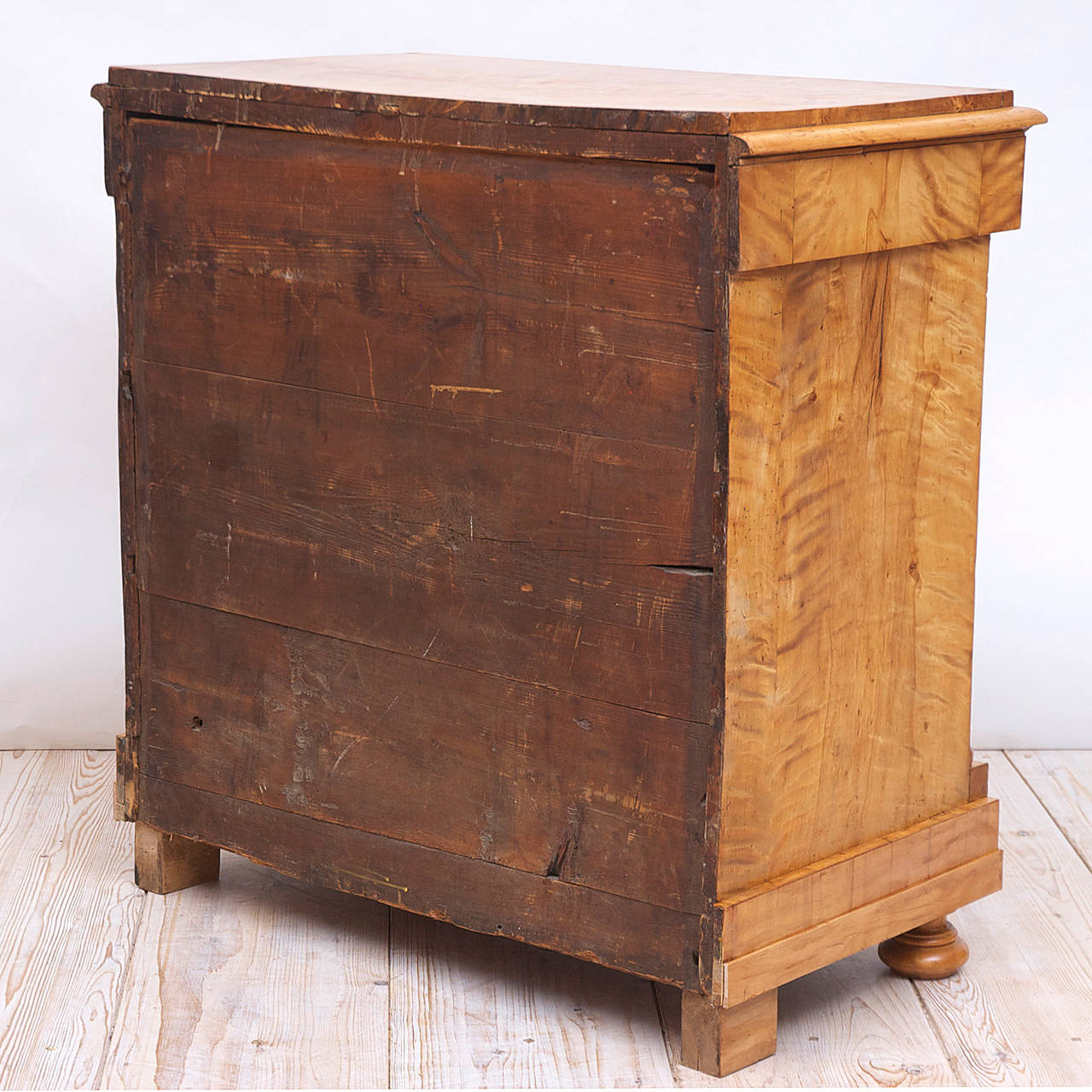 Swedish Biedermeier / Empire Chest of Drawers in Quilted Birch, circa 1820 In Good Condition For Sale In Miami, FL