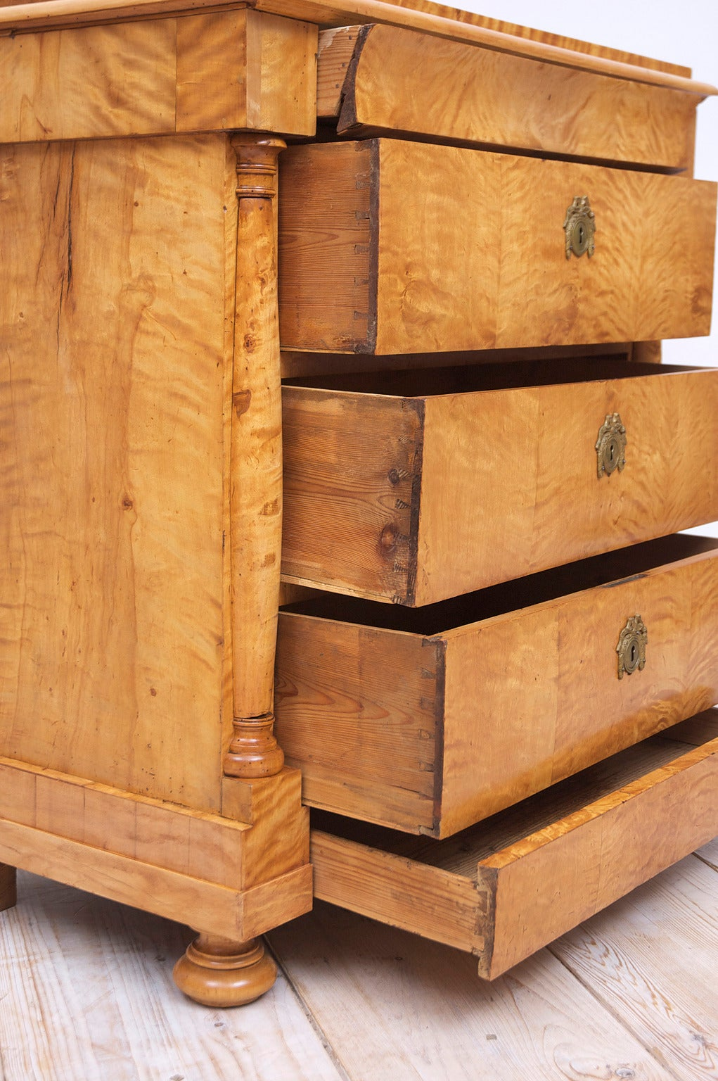 Swedish Biedermeier / Empire Chest of Drawers in Quilted Birch, circa 1820 For Sale 3