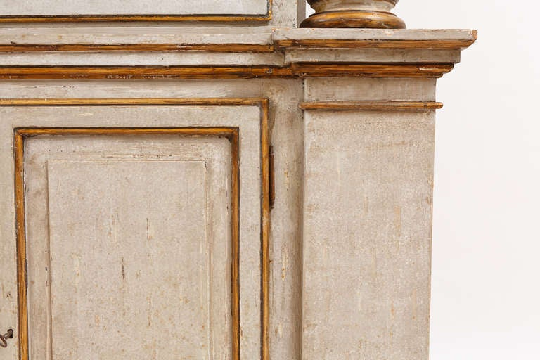 19th Century Italian Neoclassical Painted Display Cabinet w/ Faux Marble Columns For Sale 3