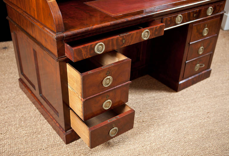 Napoleon III Pedestal Desk in Bookmatched West Indies Mahogany, circa 1860 For Sale 2