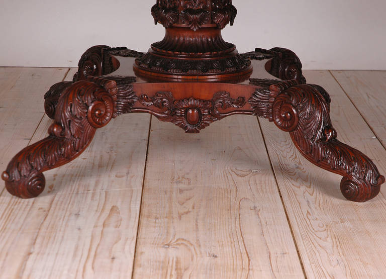 English Regency Round Table with Carved Center Pedestal in Mahogany, circa 1825 In Good Condition For Sale In Miami, FL