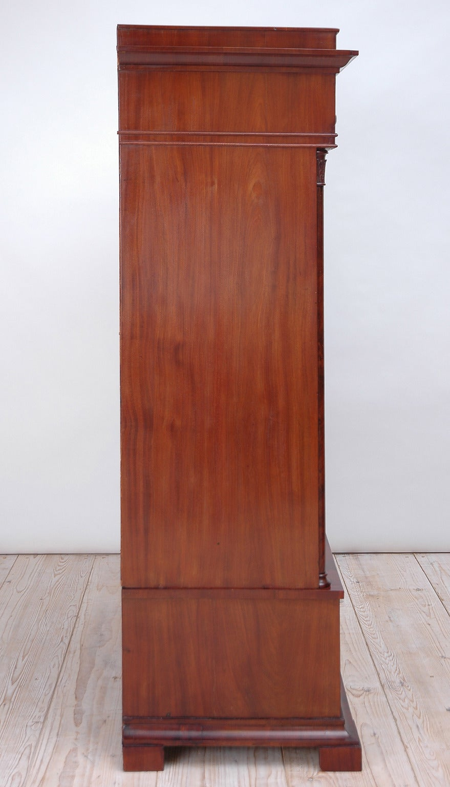Danish Biedermeier Tall Chest of Drawers in Book-Matched Mahogany, Copenhagen, c. 1820 For Sale