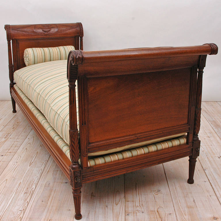 Directoire Daybed in Walnut, France, circa 1800 In Excellent Condition For Sale In Miami, FL
