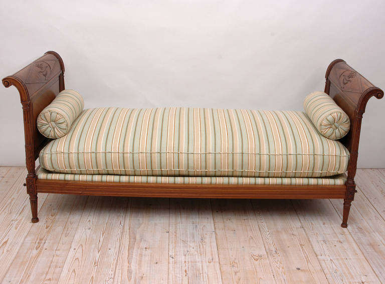 French Directoire Daybed in Walnut, France, circa 1800 For Sale