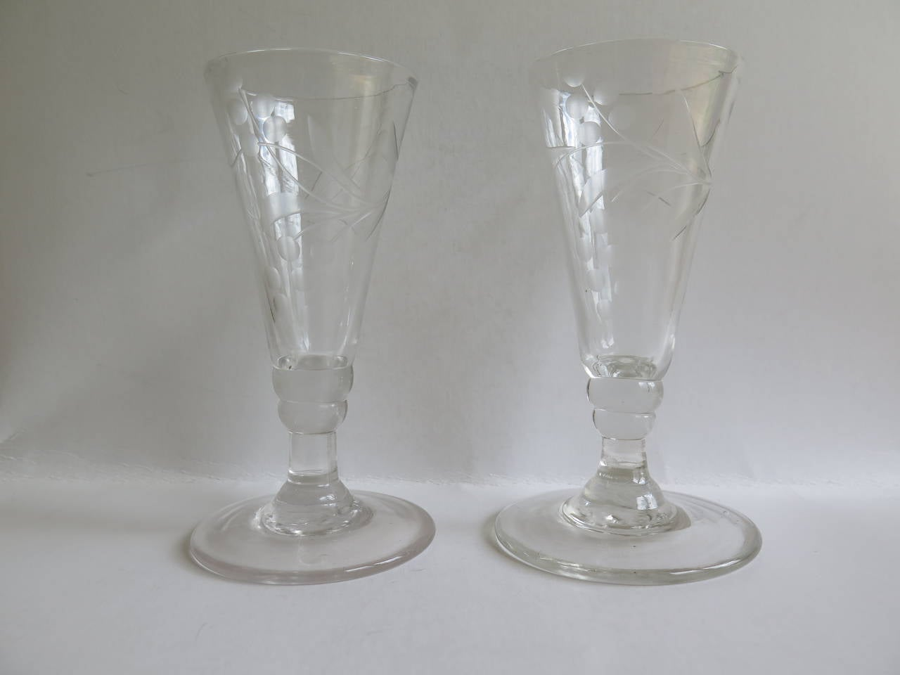 Georgian Pair of Wine Drinking Glasses Hand-blown and Engraved, Circa 1790 In Good Condition For Sale In Lincoln, Lincolnshire