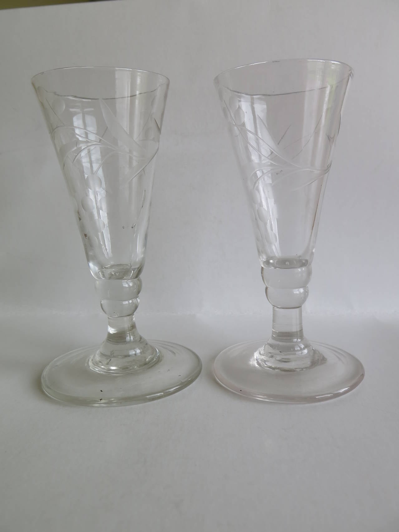 British Georgian Pair of Wine Drinking Glasses Hand-blown and Engraved, Circa 1790 For Sale