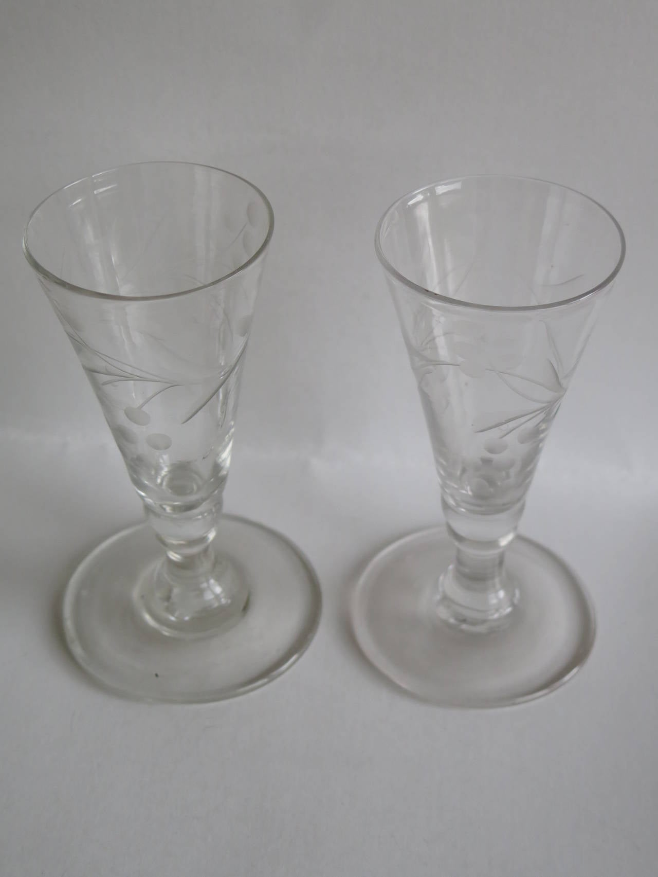 18th Century Georgian Pair of Wine Drinking Glasses Hand-blown and Engraved, Circa 1790 For Sale