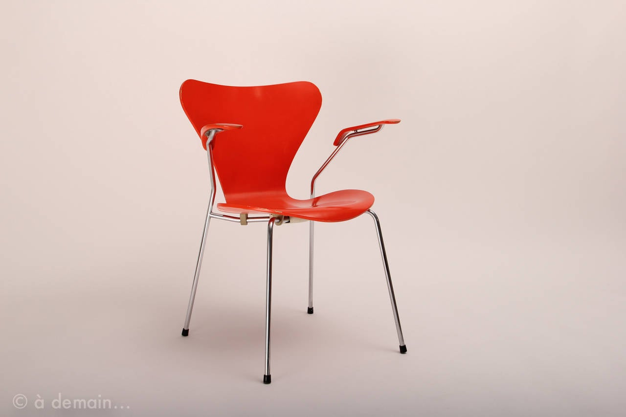 Set of series 7 chairs designed by arne jacobsen edited for Chaise serie 7 arne jacobsen 1955