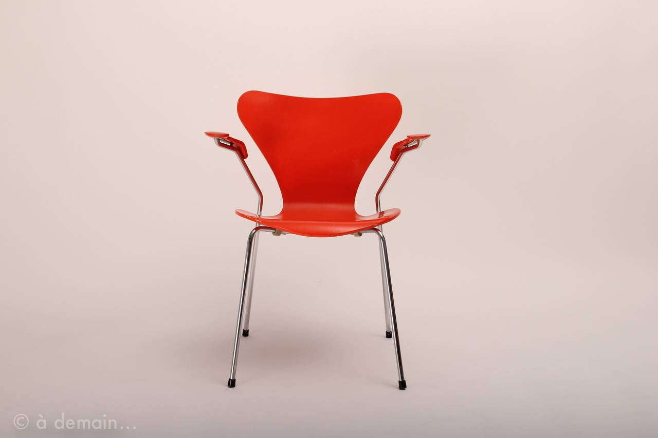 Set of series 7 chairs designed by arne jacobsen edited for Chaise serie 7