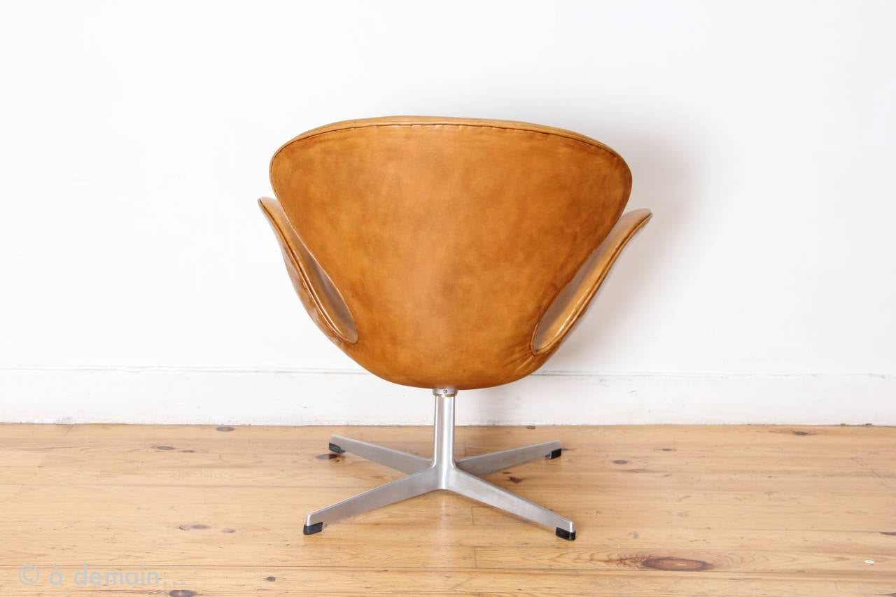 This arne jacobsen swan chair in cognac leather by fritz hansen is no - Swan Chair By Arne Jacobsen Produced By Fritz Hansen From 1969 2