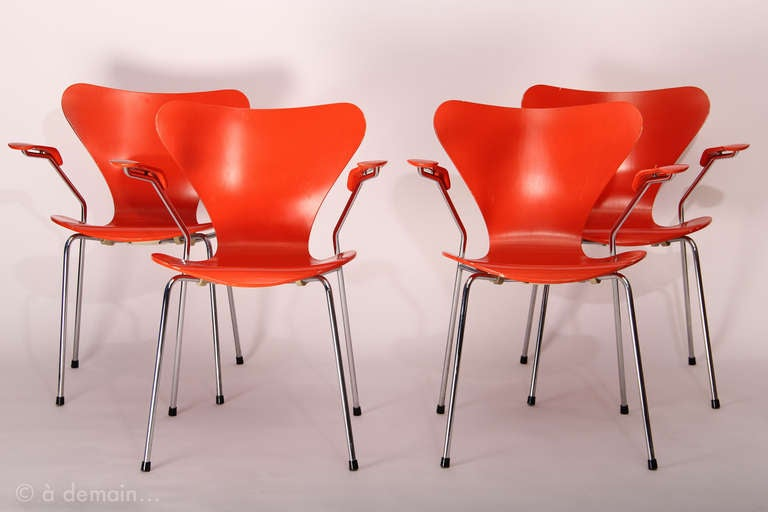 Set of four series 7 chairs designed by arne jacobsen for Chaise arne jacobsen